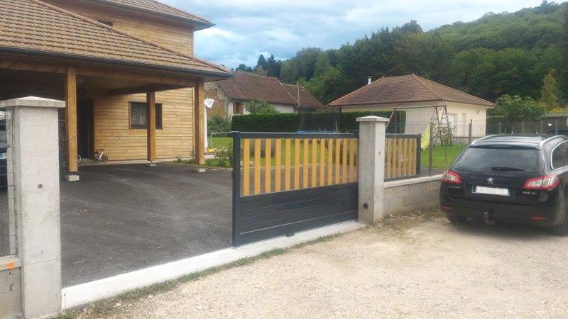 Portail aluminium gris anthracite et ton bois coulissant, motorisé - Confort et Patrimoine